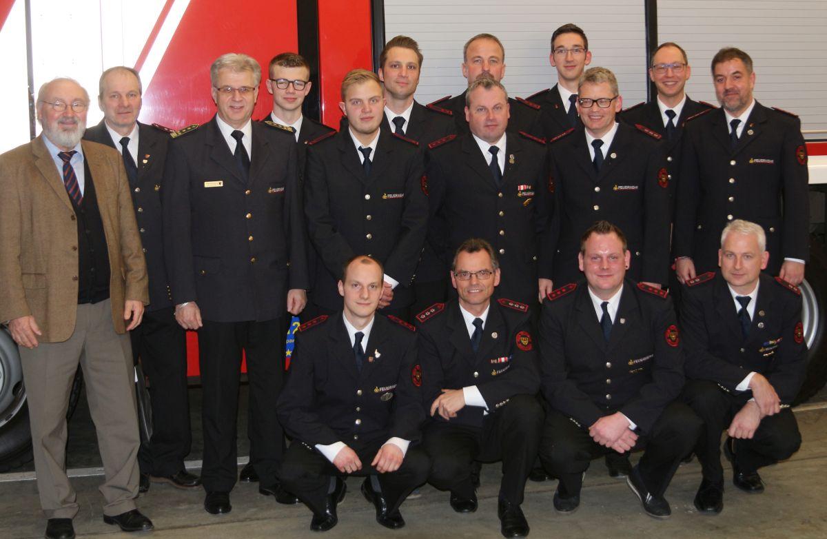 Das Bild zeigt die beförderten und geehrten Mitglieder zusammen mit der Abteilungsführung, Bezirksbürgermeister Fritz Beck und Kommandant Harald Herrmann