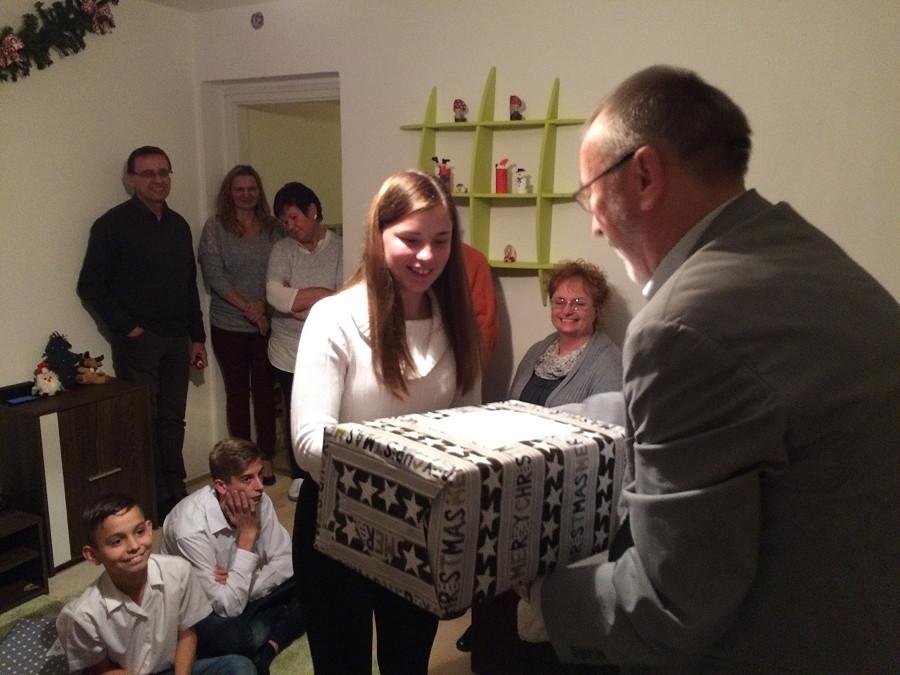 Reutlinger Schulen packen Weihnachtspakete für ungarische Partnerstadt Szolnok
