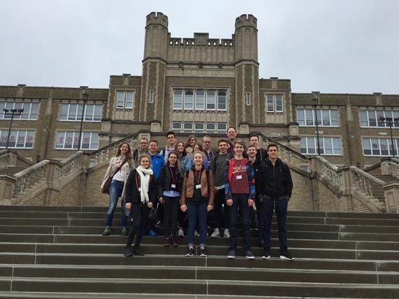 Das Bild zeigt die Austauschgruppe vor der Reading High School