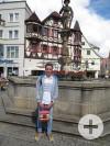 Abiturient Florent aus Roanne vor dem Reutlinger Marktbrunnen