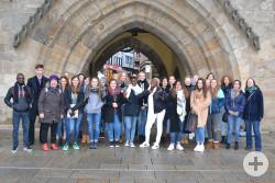 Die Jugendlichen aus den Reutlinger Partnerstädten mit den Schülerinnen und Schülern der Laura-Schradin-Schule vor dem Tübinger Tor