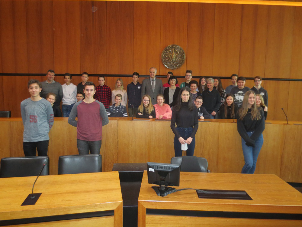 Szolnoker Austauschschüler und zwei Lehrer mit Dr. Ströbele im großen Sitzungssaal