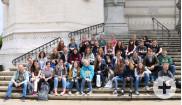 Gruppenfoto der Teilnehmerinnen und Teilnehmer des Musikaustausches vor der Basilika Notre-Dame de Fourvière in Lyon