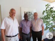 Adama Coulibaly, Deutschlehrer am Lycée Classique et Moderne 1 in Bouaké, mit Bürgermeister Robert Hahn und Kulturamtsleiter Dr. Werner Ströbele