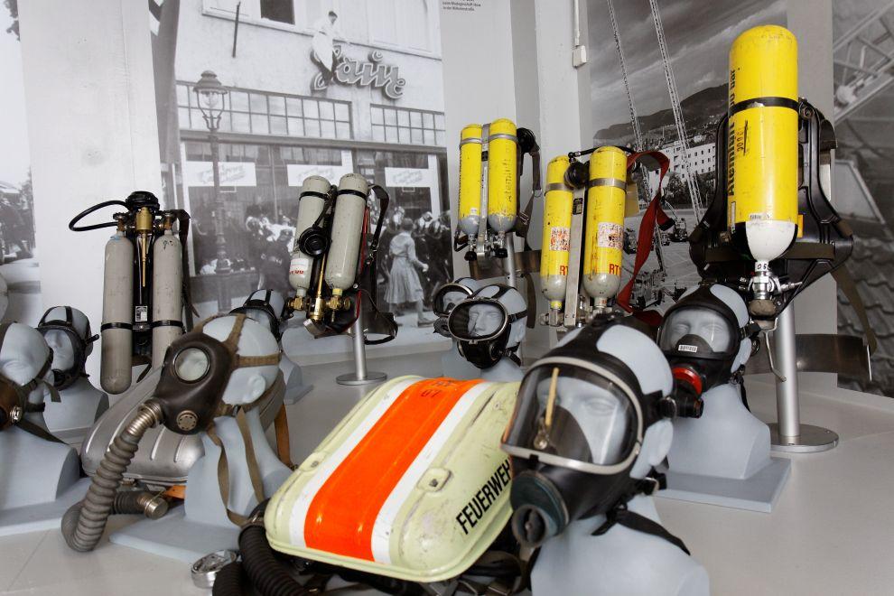 auf diesem Bild sehen sie alte Pressluftatmer der Reutlinger Feuerwehr im Museum