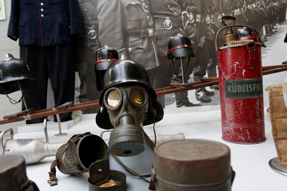 auf diesem Bild sehen sie alte Atemschutzmasken der Reutlinger Feuerwehr im Museum