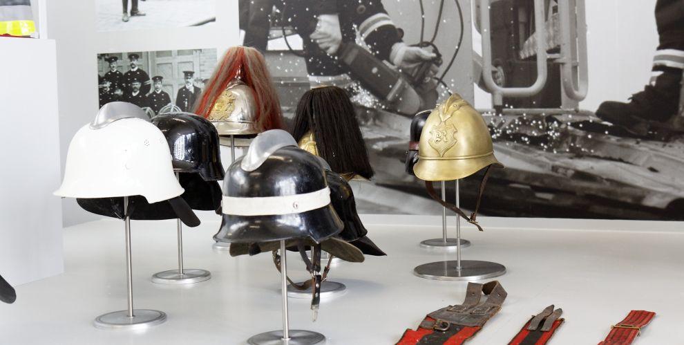 auf diesem Bild sehen sie alteEinsatzhelme der Reutlinger Feuerwehr im Museum