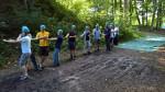 Die Gruppe hält das Seil der Seilrutsche