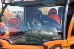 Ein Trupp betreut eine verletzte Person im LKW