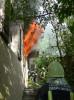 Flammen schlagen aus dem Fenster