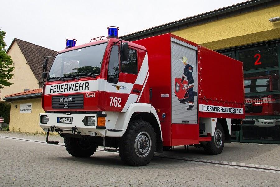 Hier sehen Sie den Schlauchwagen 2000 vor der Fahrzeughalle der Abteilung Oferdingen