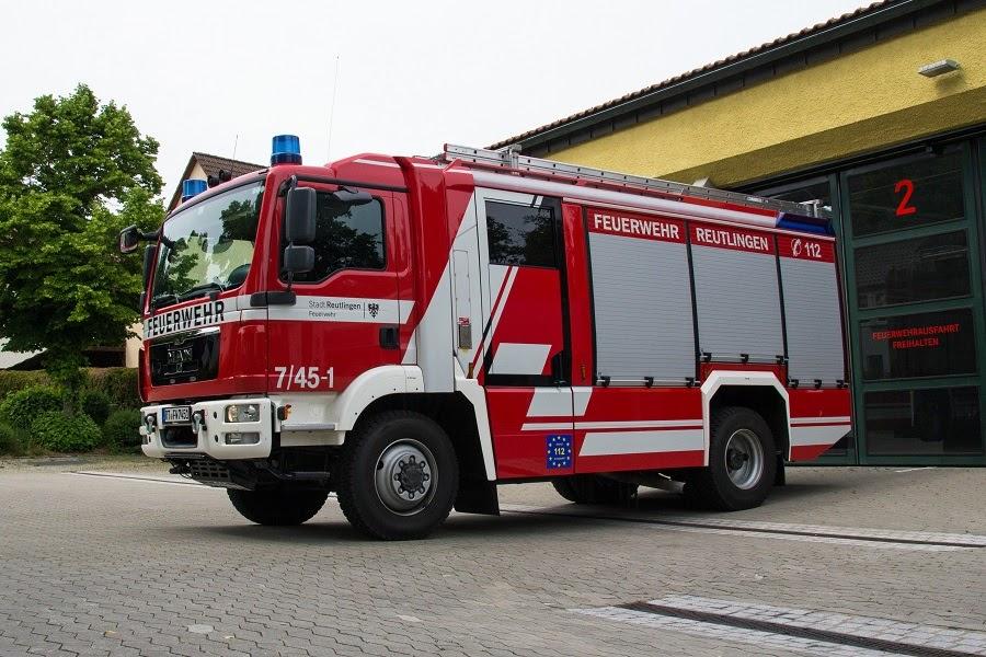 Hier sehen Sie das Löschgruppenfahrzeug 20 Katastrophenschutz vor der Fahrzeughalle der Abteilung Oferdingen