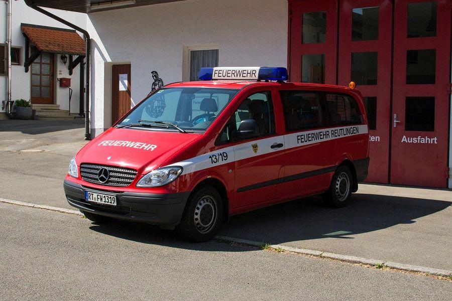 Hier sehen Sie den Mannschaftstransportwagen auf Mercedes Benz Fahrgestell in der Seitenansicht vor dem Feuerwehrgerätehaus