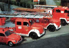 Die Fahrzeuge des Löschzuges Betzingen im Jahr 1982 mit dem Einsatzleitwagen (VW Käfer), Dl 30, LF 16 TS und dem TLF 16.