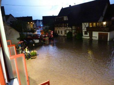 Hochwasser vor dem Feuerwehrhaus