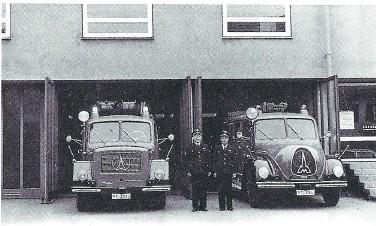 Stolz präsentieren Kommandant Otto Schramm und Oskar Storz das neue LF 16-TS und das TLF 15