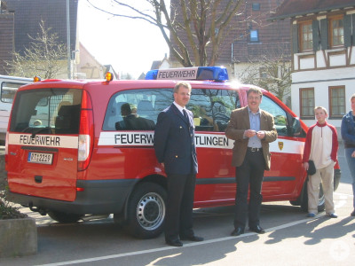 Feuerwehrkommandant Harald Herrmann übergibt den MTW an Bezirksbürgermeister Thomas Keck
