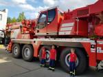 Drei Kinder stehen vor dem Feuerwehrkran der Berufsfeuerwehr Reutlingen