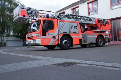 Drehleiter vor dem Feuerwehrhaus Betzingen