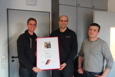 Philipp Kurz erhält die Urkunde der Eherenmitgliedschaft der Feurwehr Reutlingen
