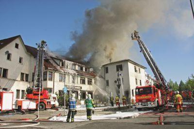 Brandbekämpfung über Drehleitern bei einem Dachstuhlbrand