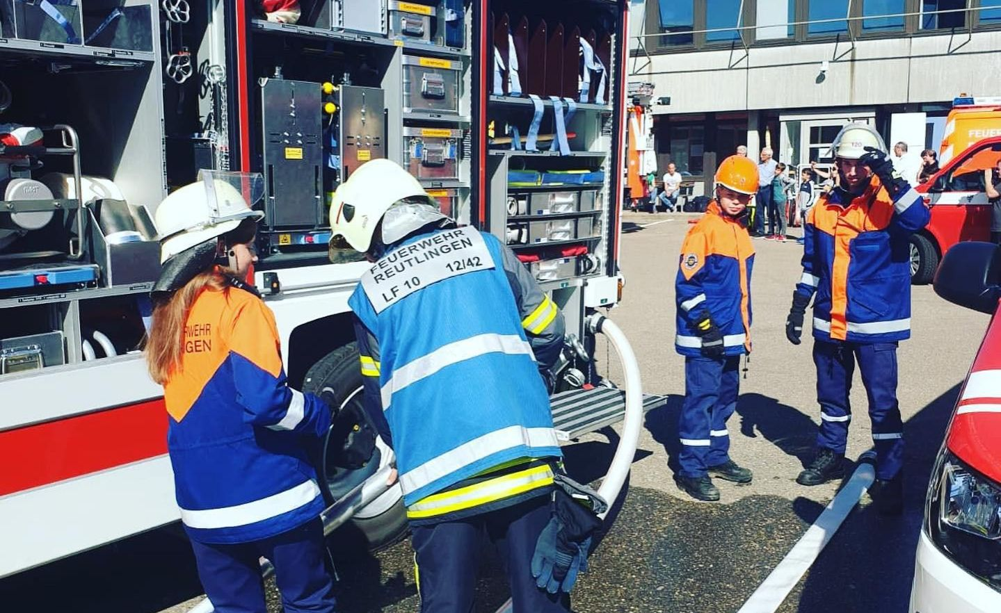Unsere Jugendfeuerwehr im Einsatz mit dem Gruppenführer. Im Hintergrund das Feuerwehrfahrzeug von Altenburg