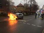 ein brennender PKW in der Lederstrasse
