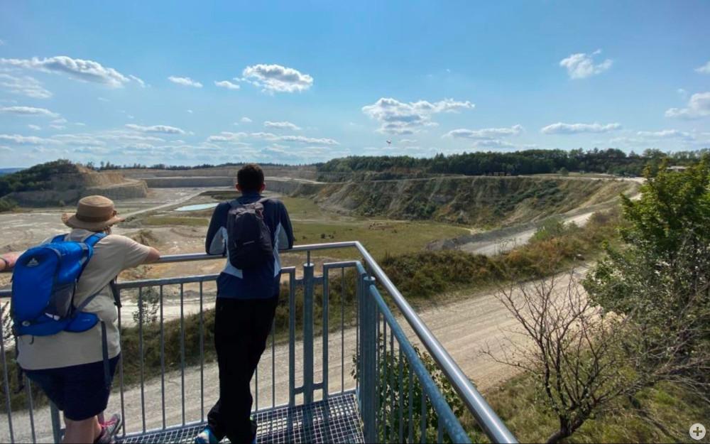 Ausblick von der Aussichtsplattform auf den Steinbruch in Dotternhausen