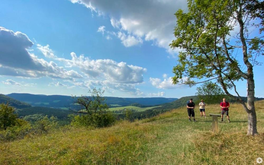 Aussicht vom Albtrauf mit Mitglieder der Abteilung Rommelsbach im Vordergrund