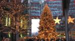 Foto eines festlichen und großen Weihnachtsbaums