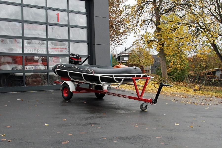 Das Feuerwehrboot der Abteilung Altenburg vor der Fahrzeuggarage