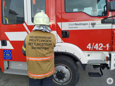 Feuerwehrmann mit Atemschutznotfalleinheit Kennzeichnungsweste