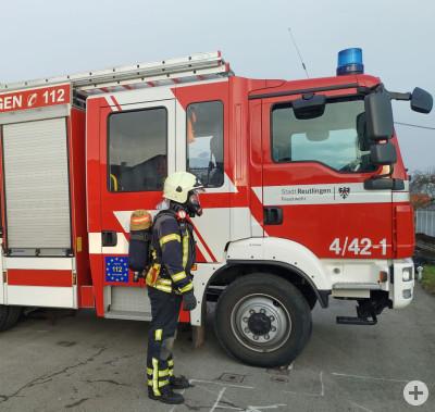 Feuerwehrmann mit einem Doppelpack Atemschutzgerät
