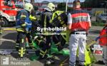 Symbolbild für Hilfeleistungseinsatz, man sieht auf dem Bild Feuerwehrmänner und Kollegen vom Rettungsdienst bei der Versorgung eines Verletzten