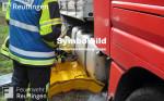 Symbolbild für Hilfeleistungseinsatz, man sieht auf dem Bild ein Feuerwehrmann beim Abdichten eines Tanks von einem LKW
