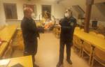 Abteilungskommandant Thorsten Lipp übergibt Andreas Bleher einen Geschenkkorb