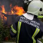 auf diesem Bild sehen sie einen Feuerwehrmann, welcher gerade einen Flächenbrand löscht
