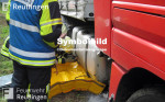 Symbolbild für Hilfeleistungseinsatz, man sieht auf dem Bild ein Feuerwehrmann beim Abdichten eines Tanks von einem LKW.