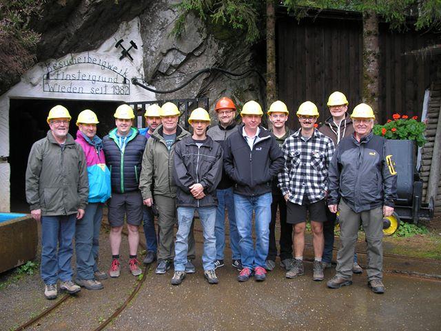 Gruppenbild mit Helmen vor der Einfahrt zum Schaubergwerk