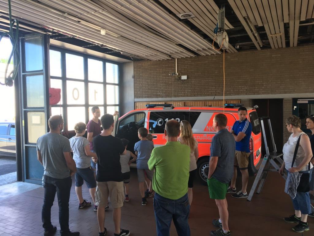 Die Gruppe aus Rommelsbach lässt sich die Fahrzeuge der Feuerwehr Stuttgart erklären