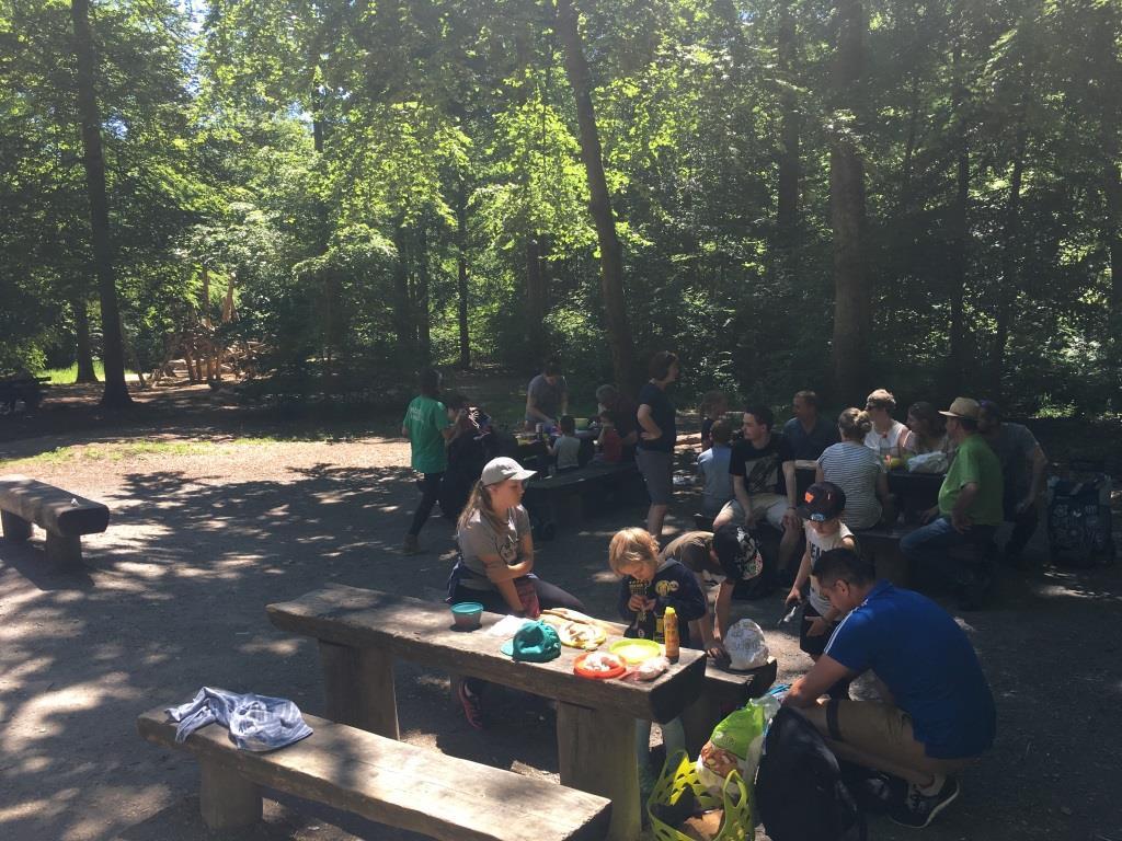 Die Gruppe aus Rommelsbach macht Pause an der Grillstelle auf der Waldau