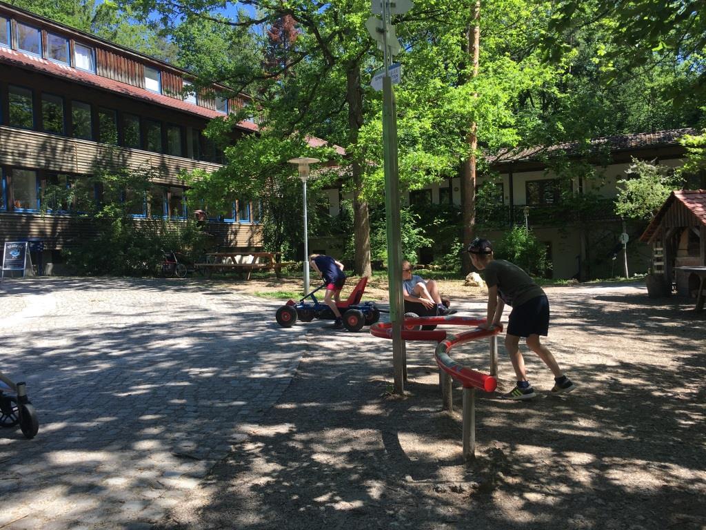 Kinder im Hof des INfozentrums auf der Waldau
