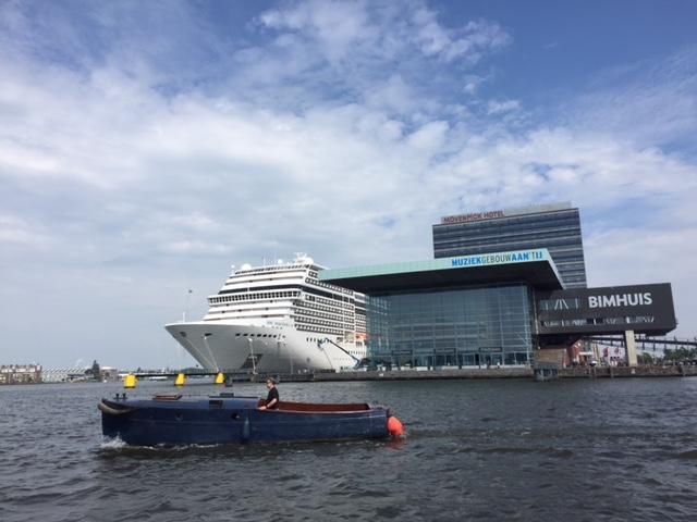 Blick auf den Schiffsanleger für  Kreuzfahrtschiffe in Amsterdam