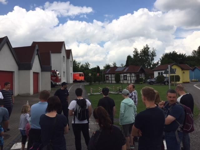 Die Gruppe wird durch das Floriansdorf auf der Feuerwache 3 in Aachen geführt