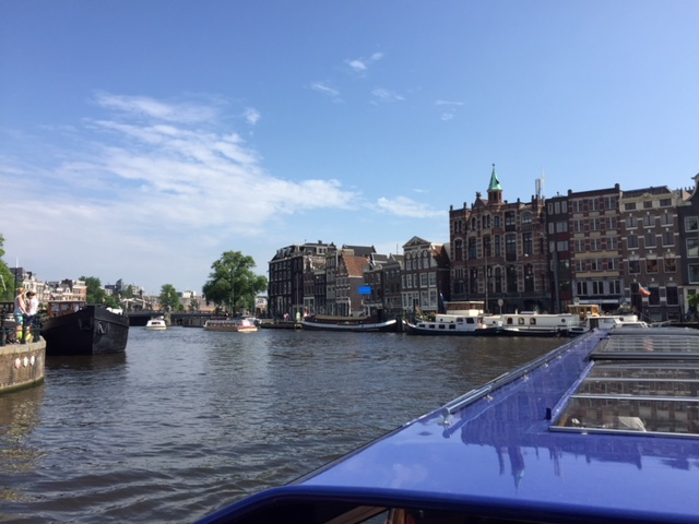 Blick vom Boot auf die Grachten in Amsterdam