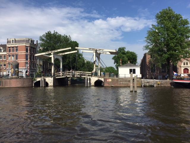 Blick auf eine Grachtenbrücke in Amsterdam