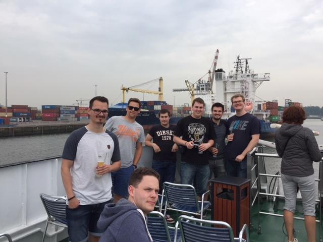 Gruppenfoto auf dem Boot bei der Hafenrundfahrt in Rotterdam