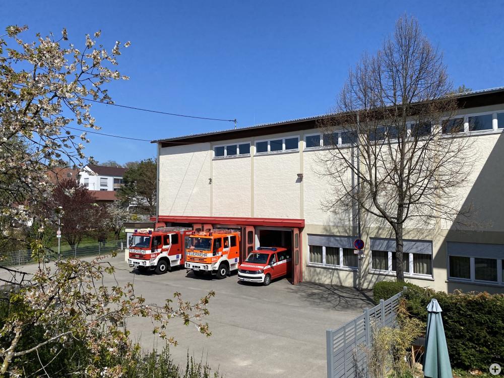 Ansicht Feuerwehrhaus mit herausgefahrenen Fahrzeugen