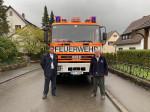 Marcus Wandel und Heinrich Wurster vor dem Löschgruppenfahrzeug