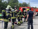 Feuerwehrangehörige schließen ihre Atemschutzgeräte an